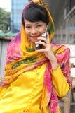 Fille asiatique attirante au téléphone Photographie stock