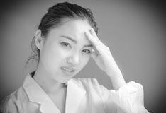 Fille asiatique attirante en ses années '20 d'isolement dessus Photos stock