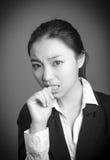 Fille asiatique attirante en ses années '20 d'isolement dessus Photographie stock libre de droits