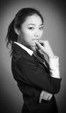 Fille asiatique attirante en ses années '20 d'isolement dessus Photo libre de droits