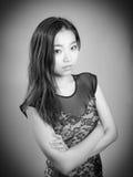 Fille asiatique attirante en ses années '20 d'isolement dessus Image stock