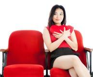 Fille asiatique attirante 20s au fond de blanc d'isolat de théâtre Images stock