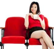 Fille asiatique attirante 20s au fond de blanc d'isolat de théâtre Photographie stock libre de droits