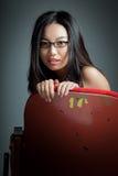 Fille asiatique attirante 20s au fond de blanc d'isolat de théâtre Images libres de droits