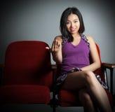 Fille asiatique attirante 20s au fond de blanc d'isolat de théâtre Image stock