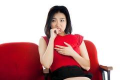 Fille asiatique attirante 20s au fond de blanc d'isolat de théâtre Photographie stock