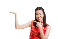 Fille asiatique au point chinois de robe de cheongsam à l'espace vide Photographie stock