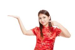 Fille asiatique au point chinois de robe de cheongsam à l'espace vide sur h Photo libre de droits
