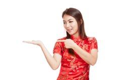 Fille asiatique au point chinois de robe de cheongsam à l'espace vide sur h Photographie stock libre de droits
