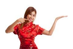 Fille asiatique au point chinois de robe de cheongsam à l'espace vide sur h Images stock