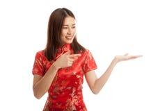 Fille asiatique au point chinois de robe de cheongsam à l'espace vide sur h Photographie stock
