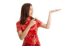 Fille asiatique au point chinois de robe de cheongsam à l'espace vide sur h Image stock