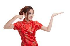 Fille asiatique au point chinois de robe de cheongsam à l'espace vide sur h Image libre de droits