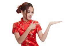 Fille asiatique au point chinois de robe de cheongsam à l'espace vide sur h Photo stock