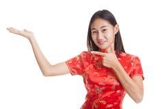 Fille asiatique au point chinois de robe de cheongsam à l'espace vide sur h Images libres de droits