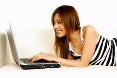 Fille asiatique avec l'ordinateur portatif images stock