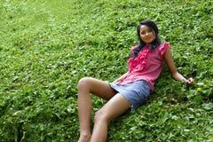 Fille asiatique avec la mini jupe image libre de droits
