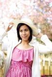 Fille asiatique avec le chapeau dans la campagne Photos libres de droits