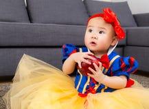 Fille asiatique avec le habillage de partie de Halloween images stock
