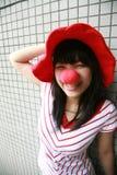 Fille asiatique avec le nez et le chapeau rouges Images libres de droits