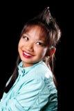 Fille asiatique avec une touffe de cheveu sur sa tête Image stock