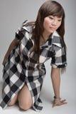 Fille asiatique chaude posant sur des genoux Photographie stock