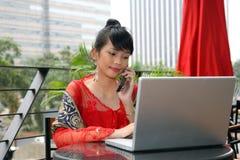 Fille asiatique d'étudiant au téléphone Photos stock