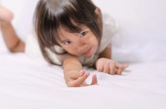 Fille asiatique d'enfant en bas âge d'enfant faisant le mini signe de coeur par sa main image stock