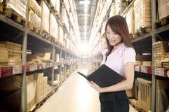 Fille asiatique dans l'entrepôt Photos libres de droits