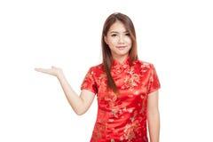 Fille asiatique dans l'espace vide de cheongsam de présent chinois de robe avec h Photo stock