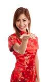 Fille asiatique dans l'espace vide de cheongsam de présent chinois de robe avec h Photos stock