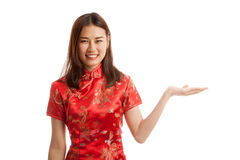 Fille asiatique dans l'espace vide de cheongsam de présent chinois de robe avec h Image stock