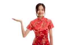 Fille asiatique dans l'espace vide de cheongsam de présent chinois de robe avec h Photos libres de droits