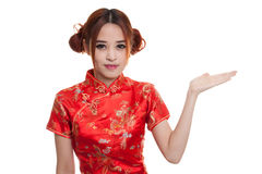 Fille asiatique dans l'espace vide de cheongsam de présent chinois de robe avec h Photo libre de droits