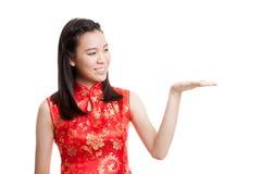 Fille asiatique dans l'espace vide de cheongsam de présent chinois de robe avec h Images libres de droits