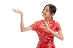 Fille asiatique dans l'OK chinois d'exposition de robe de cheongsam avec l'espace vide Images libres de droits