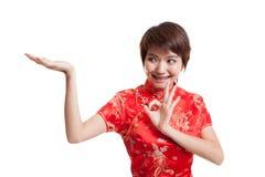 Fille asiatique dans l'OK chinois d'exposition de robe de cheongsam avec l'espace vide Image libre de droits
