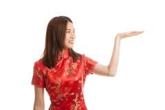 Fille asiatique dans la robe chinoise de cheongsam avec l'espace vide sur son h Images libres de droits