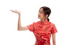 Fille asiatique dans la robe chinoise de cheongsam avec l'espace vide sur son h Photo stock