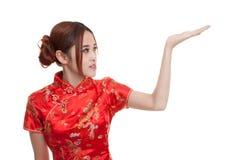 Fille asiatique dans la robe chinoise de cheongsam avec l'espace vide sur son h Photographie stock libre de droits