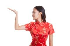 Fille asiatique dans la robe chinoise de cheongsam avec l'espace vide sur son h Photographie stock
