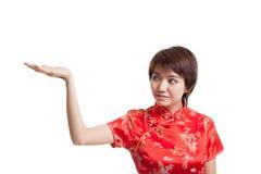 Fille asiatique dans la robe chinoise de cheongsam avec l'espace vide sur son h Photos stock