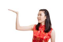 Fille asiatique dans la robe chinoise de cheongsam avec l'espace vide sur son h Photo libre de droits