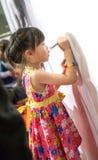 Fille asiatique dans la robe colorée écrivant un certain message Images libres de droits