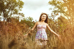 Fille asiatique dans la robe dans le domaine Photo stock