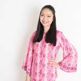 Fille asiatique dans la robe rose de batik Photo stock