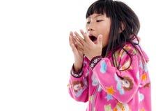 Fille asiatique dans la veste avec le capot sur le blanc Images libres de droits