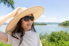 Fille asiatique dans le chapeau et des lunettes de soleil, portait de mode de vie d'extérieur, somme photos libres de droits