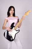 Fille asiatique de guitare Image libre de droits