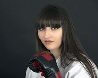 Fille asiatique de Karateka sur le tir noir de studio de fond Photo stock